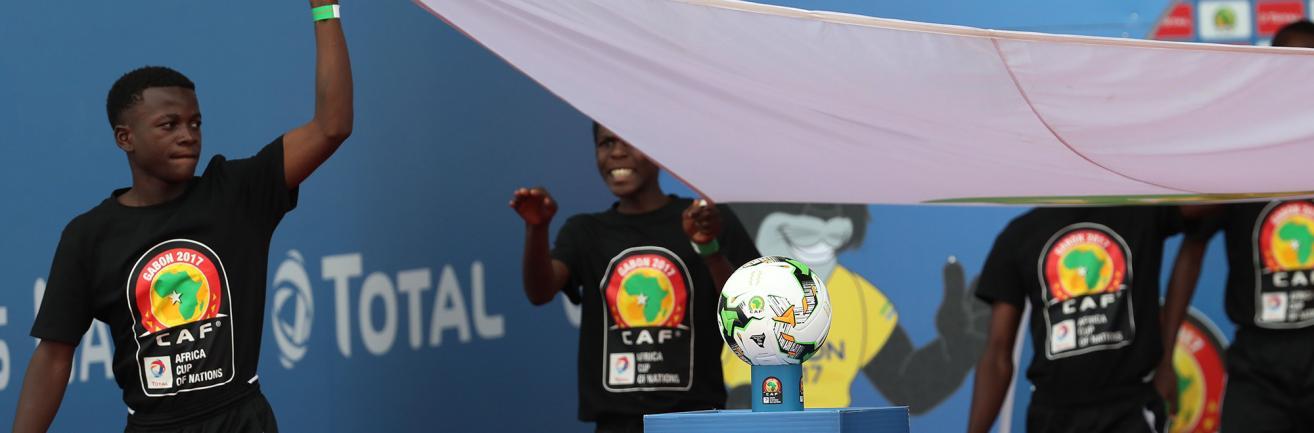 joueurs de football soutenant un drapeau